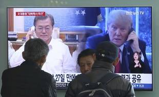 La télévision sud-coréenne montre un montage de photos du président Moon Jae-in et de son homologue américain Donald Trump, le 2 mars 2018.