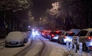 A Fontenay-aux-Roses (Hauts-de-Seine), les voitures incapables d' évoluer sur la route glissante, notamment en montée, restaient coincées des heures.