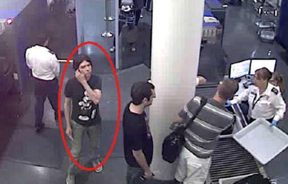 Photo non datée de Luka Rocco Magnotta repéré dans un aéroport. – AP / SIPA