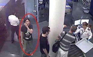 Photo non datée de Luka Rocco Magnotta repéré dans un aéroport.