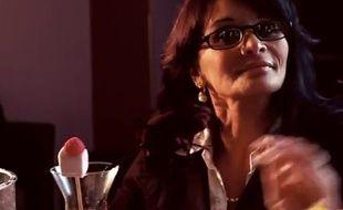 Capture d'écran du clip Fontaine de jouvence dans lequel Véronique Bonazzola tient le rôle d'une cougar qui lui a coûté son poste.
