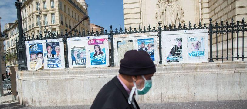 Des affiches municipales à Marseille.