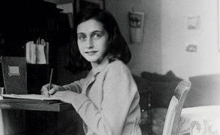 Photo d'archive d'Anne Frank rédigeant son journal, dans sa maison à Amsterdam