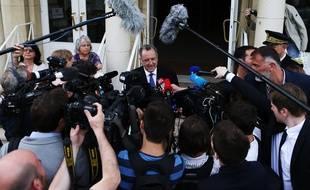 Richard Ferrand, le ministre de la Cohésion des territoires, encerclé par les journalistes lors d'une visite à Deauville le 29 mai2017.