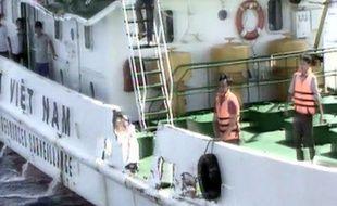 Des membres de l'équipage d'un navire vietnamien dont le navire a été endommagé par un navire chinois, selon les gardes-côtes vietnamiens.