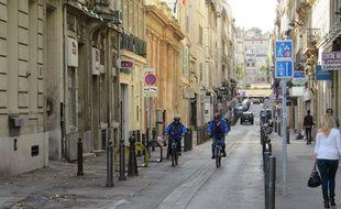 Marseille 23 NOVEMBRE 2014 Des cyclistes circulent dans une rue du centre-ville.