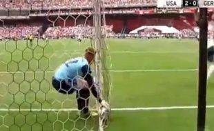 Capture d'écran de la boulette du gardien allemand Marc-André ter Stegen lors d'un match amical Etats-Unis - Allemagne, le 2 juin 2013.
