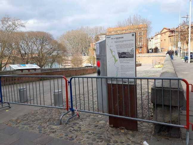 Impossible d'accéder aux quais de la Garonne ce dimanche 28 février 2021 à Toulouse, ici depuis la place de la Daurade.