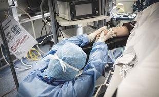 Une infirmière au chevet d'un malade du Covid-19 soigné au service de réanimation d'un hôpital du Sud de la France.