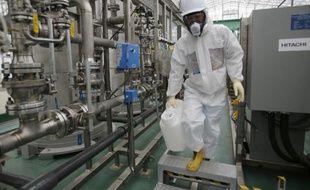 Un employé de Tepco le 12 novembre 2014 dans la centrale Fukushima Daiichi