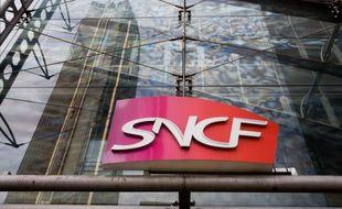 La SNCF a déposé une plainte contre un homme qui souhaitait se suicider lundi sur les voies à hauteur des Mureaux (Yvelines) et que des agents de l'entreprise ont empêché de passer à l'acte, a-t-on appris mercredi auprès de la SNCF qui confirmait une information du Parisien.
