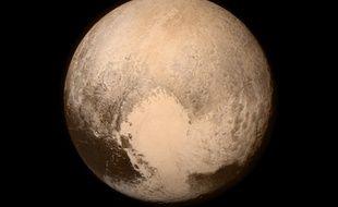 Pluton photographiée par New Horizons avant son survol du 14 juillet 2015.