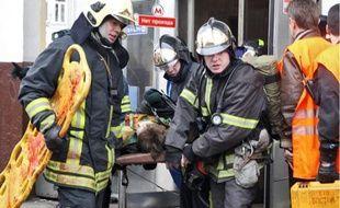 Les pompiersévacuent des blessés à la station de Park Koultury, hier à Moscou.