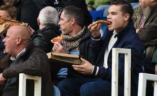 La pizza, meilleure amie du fan de foot.