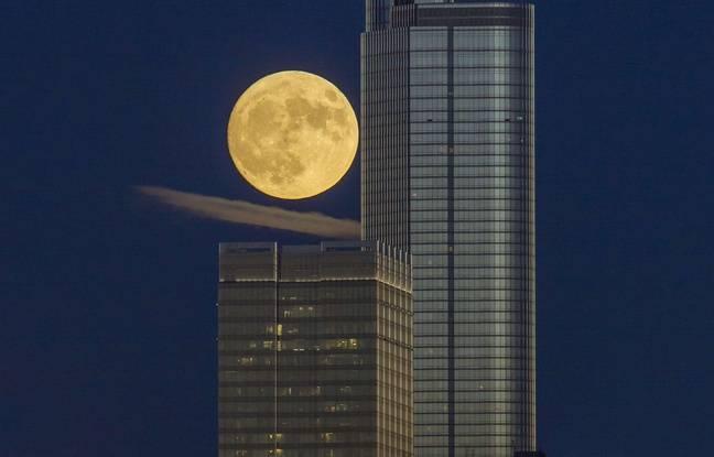 """Une photo de cette """"super lune"""" à Chicago prise le 13 novembre."""