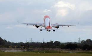 Un avion décollant de l'aéroport de Malaga en Espagne.