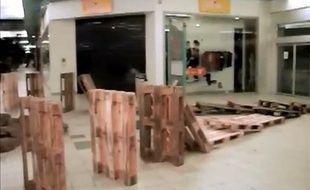 Capture d'écran d'une vidéo montrant un domino cascade géant dans le supermaché Cora de Pacé (35).