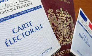 Une carte électorale française et un passeport britannique, à l'occasion des élections européennes 2019.