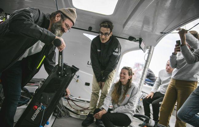 Laith, jeune homme aidé par l'association Entourage via sa plateforme LinkedOut pour retrouver un emploi, sur le bateau de Thomas Ruyant pour le Vendée Globe 2020.