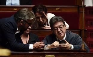 Jean-Luc Mélenchon en train d'annuler sa location de vacances, après l'annonce de la prolongation des travaux parlementaires jusqu'au 9 août.