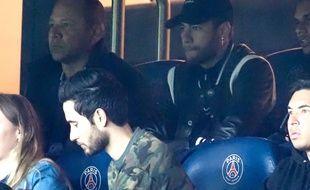 Neymar et son père dans les tribunes du Parc des Princes lors du 8e de finale retour de Ligue des champions contre Manchester United, le 7 mars 2019.