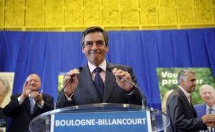"""L'ancien Premier ministre François Fillon a appelé lundi les abstentionnistes et ceux qui ont exprimé """"un vote rude"""" en faveur d'""""un parti"""" à la droite de l'UMP à """"ne pas se tromper"""" lors des législatives et à apporter leur soutien aux candidats de la """"droite républicaine""""."""