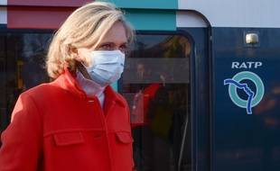 Déplacement de Valérie Pécresse, présidente de la Région Ile-de-France sur le quai de RER B a la Courneuve, le 15 mai 2020.