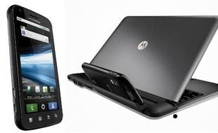 L'Atrix, un smartphone de Motorola à gauche, et «docké» sur une station de travail, à droite