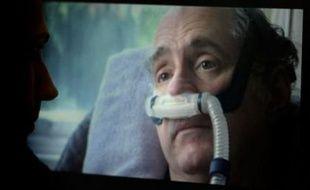 Un homme visionne un extrait de «Right to die?» le film montrant la fin de vie de Craig Ewert (D), projeté mercredi 10 décembre 2008 en Grande-Bretagne.