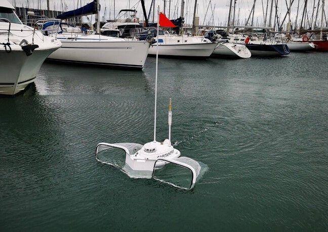 Le drone permet aussi de ramasser des déchets flottants.