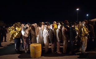 Illustration de migrants sauvés par les gardes côtes italiens début avril 2015.