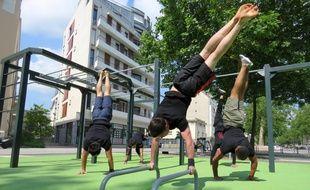 Le street workout est un mélange de musculation et de gymnastique qui se pratique dans la rue.