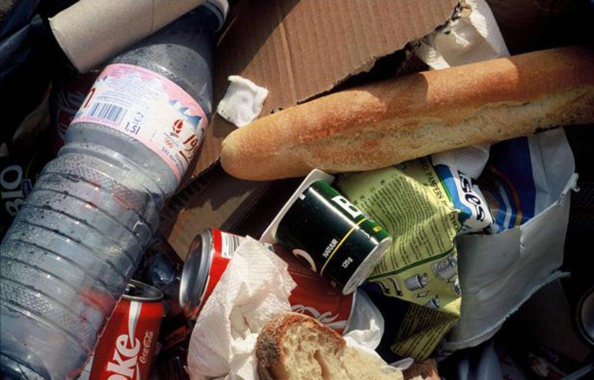 A l'intérieur d'un sac d'ordures ménagères déposé sur la voie publique. – JPDN/SIPA