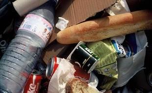 A l'intérieur d'un sac d'ordures ménagères déposé sur la voie publique.