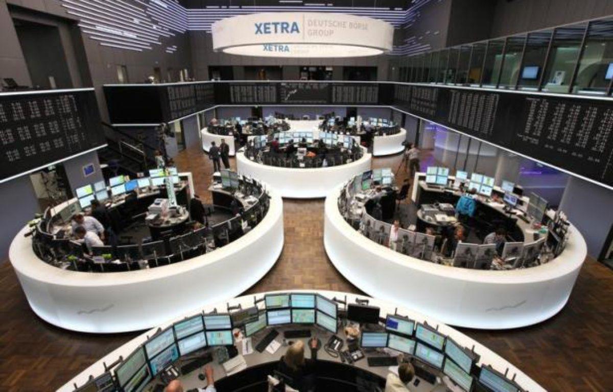 Les principales Bourses européennes ont démarré la semaine dans le rouge lundi, déprimées par une intensification des craintes sur la croissance mondiale et par la persistance de la crise des dettes en zone euro. – Daniel Roland afp.com