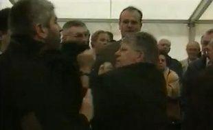 Capture d'écran d'une vidéo montrant une altervation entre Maxime Gremetz et le chauffeur de Gilles de Robien, en 1998.