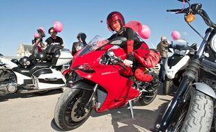 L'association Toutes en moto organise des défilés de motardes dans plusieurs villes en France pour promouvoir l'égalité des sexes.