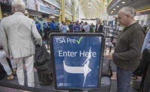 Des passagers patientent à un point de contrôle de l'autorité de sécurité dans les transports (TSA) à l'aéroport de Washington le 8 juin 2015