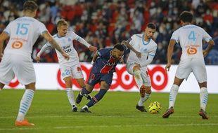 Neymar au milieu des Marseillais lors de PSG-OM, le 13 septembre 2020.