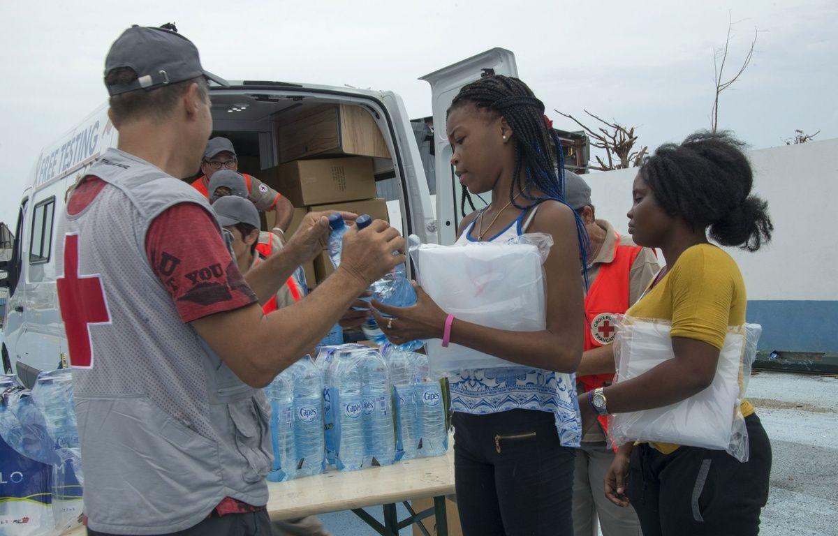 Un membre de la Croix-Rouge distribue de l'eau à des sinistrésn le 21 septembre 2017 à Saint-Martin. AFP PHOTO / Helene Valenzuela – AFP