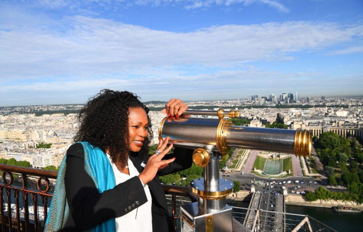 Laura Flessel au sommet de la Tour Eiffel pour défendre la candidature de Paris 2024, le 16 mai 2017.  – FRANCK FIFE / AFP
