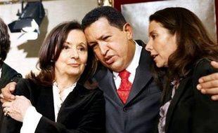Hugo Chavez entouré de la mère et la soeur d'Ingrid Betancourt lors d'une visite à Paris du président vénézuélien centrée sur les otages en Colombie.