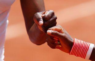 Les poings de Coco Gauff et Venus Williams, en double, le 2juin 2021, à Roland-Garros.