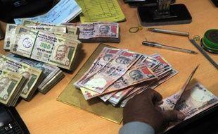 La roupie indienne a franchi jeudi un nouveau record à la baisse face au dollar, dans un marché inquiet de l'état de santé de l'économie indienne et du départ de capitaux vers les Etats-Unis.