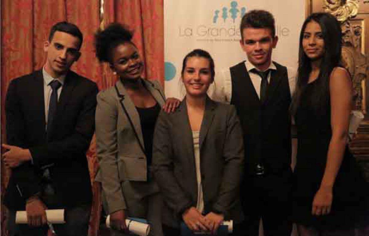 Les cinq étudiants accompagnés par le cabinet d'avocats depuis 2013. – La grande famille