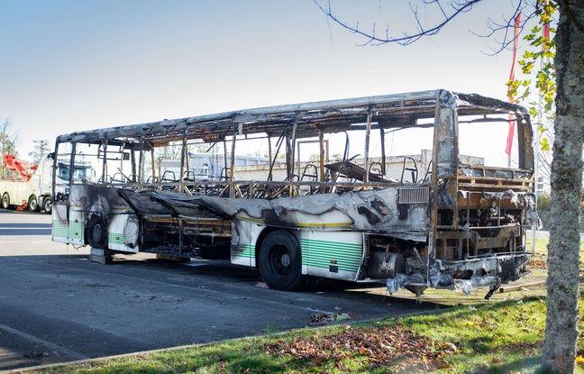 Le bus a été entièrement carbonisé. AFP PHOTO / PIERRE DUFFOUR