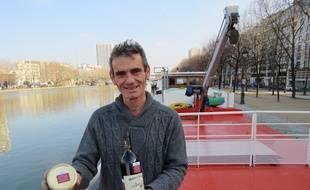 L'Ardéchois Raphaël Sauzeat, co-fondateur de la scop Alizarine qui, deux fois tous les deux mois, convoiera du vins d'Ardèche jusqu'à Paris sur une péniche.