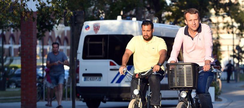 Le Touquet (Pas-de-Calais), le 17 juin 2017. Alexandre Benalla accompagne Emmanuel Macron lors d'une promenade à vélo.
