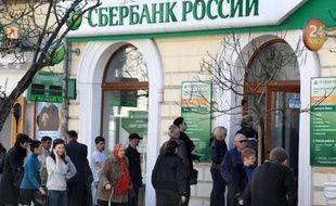 Des personnes font la queue devant une filière de la banque russe Sberbank à Sébastopol, en Crimée, le 24 mars 2014