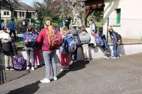 Devant l'entrée de l'école primaire de Saint-Ouen-de-Mimbre, dans la Sarthe.